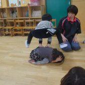 お友だちと2人組になって、「石ころジャンプ」の練習をしました。