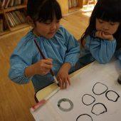 丸を沢山描き、濃さの違いを見比べていました。