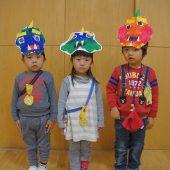 年少組はデカルコマニーをして顔のパーツを貼りました。