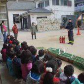 訓練の後、先生たちが消火器の使い方の訓練しました。