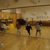 年中組は、お部屋で体操と掛けっこをして、身体を温めてから外に行きました。
