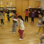 年少組は全身を使ってグー・チョキ・パーを手と足を使って表現しました。