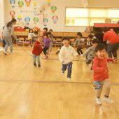 先生たちが持った大縄が、近づいてくると「キャー!」と言いながら嬉しそうに跳び越えていました。