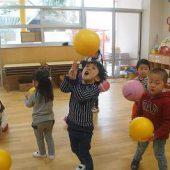 1人ひとつ、ボールを持ちキャッチする練習をしました。