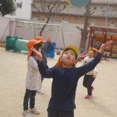 ボールを高くあげている間に地面をタッチしてからキャッチする練習をしました。
