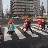 横断歩道は早く渡れるように大股で歩きます。