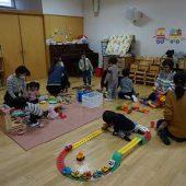 幼稚園に登園したらおもちゃで遊びます