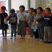 年少組は歌のプレゼントをしました。