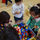 新しいクラスのおもちゃにも興味津々でした。