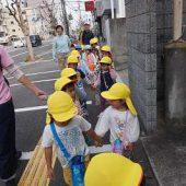 バス停から幼稚園まで歩いて帰ります。