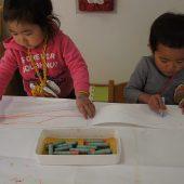鬼のパンツ作り。クレパスで模様をかいて絵の具を塗りました。