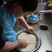 先生と一緒にお米を研ぎ、