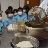 大きな釜にお米を入れるところを見ました。