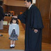 礼拝が終わり、教会の牧師から祝福をしていただきました。