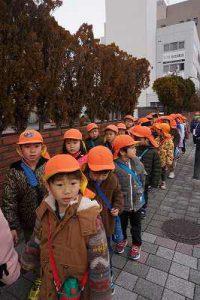 年中組と年長組のお友だちとで阪堺電車沿いを散歩