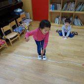 先生の説明を聞いて一生懸命に縄から落ちないように頑張っています!