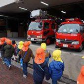帰りに消防署の前を通りました。「あっ、この間幼稚園に来てくれた消防車あったー!」との声がたくさん聞こえてきました