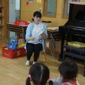 先生は、子ども達に絵本を読んだり話をするときに透明のマスクをつけています。表情がよくわかり、口元もよく見えます。