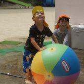 大きなビーチボールのスプリンクラーで遊んだり