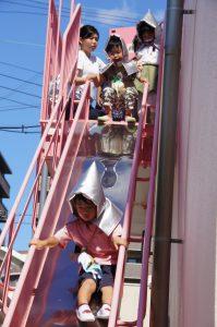 2階にいる子ども達は避難用滑り台を滑って園庭に出ます。