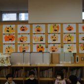 ハロウィンの絵画や制作物を飾っています。こちらは年少組