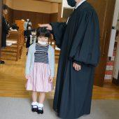 牧師先生が一人ひとりに祝福の祈りをささげてくださいました。
