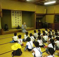 神峯山寺に到着しました。副住職様にご挨拶! 優しそうなお坊さんだなぁ・・・