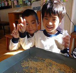 子供たちは、お米を炊いて食べるのをとても楽しみにしていました。
