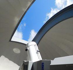 天体観測室の天上を開けて観せて頂きました! こうやって、星を観察するんだね!