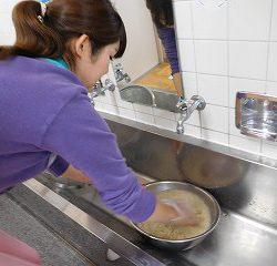 給食室の白米を混ぜて、お米をとぎます。 よ~く洗いましょうね♪