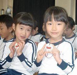 みんなよく頑張りました! 先生たちが一つひとつ、心を込めて手作した、コマのメダルです! 大事な宝物にして下さいね!