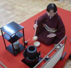 お茶碗にお湯を入れて温めます。