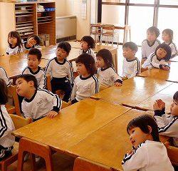 年少さんも、お部屋ではもうこんなにも落ち着いて先生のお話しが聞けるようになっていますよ!