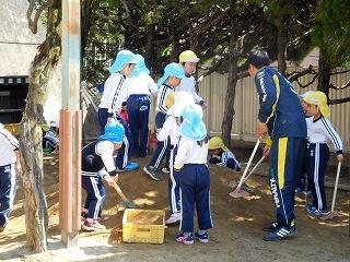 運動場に砂がたくさん入りました!子ども達はさっそく掘ったり固めたりして楽しんでいました。
