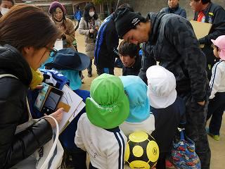 東口選手、倉田選手の前には、サイン待ちのなが~い行列が!