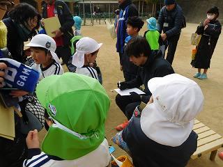 憧れの東口選手と倉田選手からサインを書いてもらい大満足の様子でした!