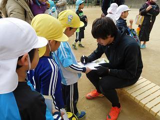 子どもたち一人ひとりに、優しく声をかけながらサインを書いて頂きました!