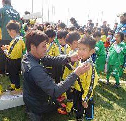 阪上コーチから、一人ひとりにメダルをかけて貰いました。