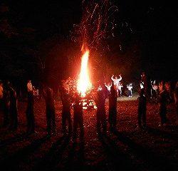 キャンプファイヤーの火がつきました!!その火を囲って皆でスタンツを踊りました♪