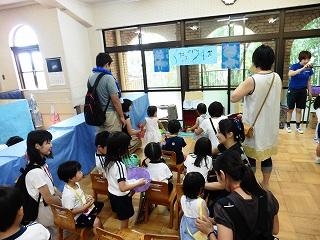 並ぶのもぐちゃぐちゃにならないように、子ども達の発案で椅子が並べられました。