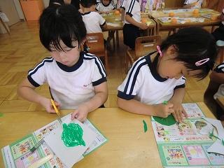 みどりぐみは紙に葉っぱを描く子どもと、折り紙で葉っぱを作る子どもに分かれて作成していました。本物の葉っぱを見たり、置いて型どったり工夫して作っていました。