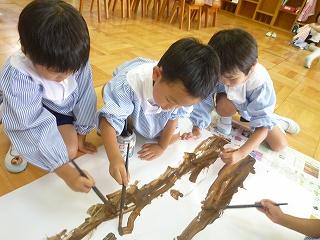夏の桜の木を作るにあたって、各クラスで何で描くか話し合いました。3クラス共えのぐに決定!!