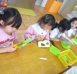 ももぐみは折り紙で葉っぱを作ることになりました。形と大きさにこだわって、中には葉脈を描く子どももいました。