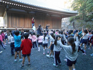 2日目の朝は、体操から始まります!曲は「うんどうかいのヒーロー」です。