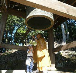 「ゴーン!!」寺内に厳かな音が響き渡りました。