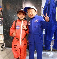 じゃじゃーん♪宇宙飛行士なりきり衣装をきてみました!とても似合っていますね!かっこいい✩