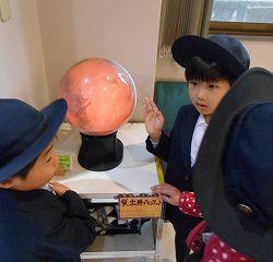 「わー!!先生!凄いよ!みてー!」と色んな星に変化するプラネットをみてじーっと眺めている子どもや…
