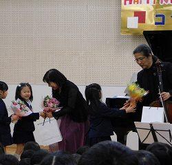 素敵な演奏を聞かせて頂いたお礼の気持ちを花束にかえてプレゼントをしました。
