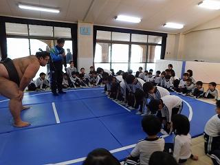 礼に始まり礼で終わる。これがお相撲の基本だと教えて頂きました。。