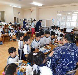お楽しみの給食タイム♡お相撲さんは通常の大人の量の3倍食べました!